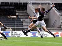 Her skyter Frode Johnsen forbi Songdal-spilleren Erik Hillestad og scorer 1-0 for RBK. Foto: Gorm Kallestad / SCANPIX