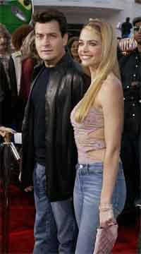 Skuespilleren Charlie Sheen og den tidligere Bond-piken Denise Richard giftet seg i helgen. Foto: SCANPIX/Reuters