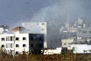 Røyk ligger over byen Qalqilya etter skuddveksling mellom israelere og palestinere. (Foto: Scanpix/Reuters/Gil Cohen Magen)