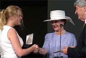 Rinnans eldste datter Cathrine mottar årisen av dronning Sonja og Ruud Lubbers. (Foto: NRK)