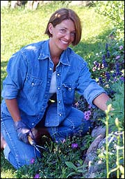 Hagedesigner Yvonne Dengin gjør uteplassen om til en duftende oase (foto: Nina Dreyer).