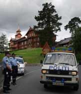 Politiet sørget for sikkerheten under Verdensbankens konferanse på Holmenkollen Park Hotel mandag. Konferansen arrangeres for første gang i Norge.( Foto: Heiko Junge / SCANPIX )