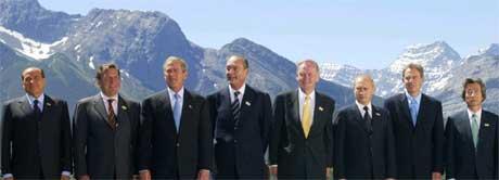 Mektige menn i mørk dress og naturskjønne omgivelser. Fra venstre: Silvio Berlusconi, Gerhard Schrøder, George W. Bush, Jacques Chirac, Jean Chrétien, Vladimir Putin, Tony Blair og Junichiro Koizumi. (Foto: Reuters/Scanpix)