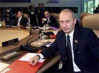 Vladimir Putin smiler fornøyd. Russland er tatt opp som fullverdig medlem i klubben. (Foto: Reuters/Scanpix)