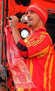 Manu Chao ga Roskilde akkurat den knallåpningen vi kunne ønske (foto: Jørn Gjersøe).