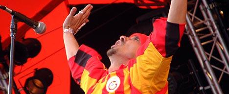 Manu Chao, kledd i rødgul fotballgenser, kaptein for det tallrike bandet (foto: Jørn Gjersøe).