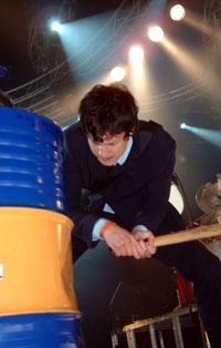 Geir Zahl viste Roskilde-publikummet hvordan man slår på oljefat (foto: Per Ole Hagen).