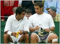 Hadad og Qureshi slapper av under en pause i kampen mot Ferreira/Leach (Foto: Allsport)