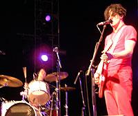 Jack og Meg White fra Whites stripes er blitt genierklerte for sin trommegitarmusikk. Her på Roskilde søndag (foto: Jørn Gjersøe).