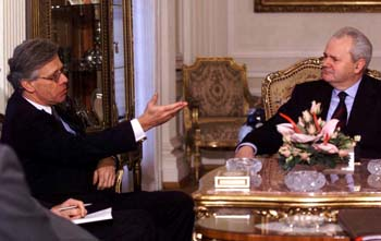Knut Vollebæk under et møte med Slobodan Milosevic i Beograd i 1999. (Foto: Rune Petter Ness, Scanpix)