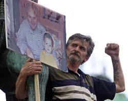 En Milosevic-tilhenger demonstrerte for eks-presidenten i Beograd i forrige uke. (Foto: Ivan Milutinovic, Reuters)