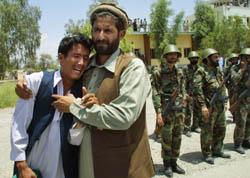 Afghanere i Jalalabad gråter når kisten til visepresident Abdul Qadir ankommer Jalalabad.(Foto: Behring-Chisholm, Reuters)
