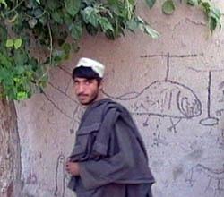 Graffiti på en afghansk husvegg av USAs helikopterangrep mot sivile landsbyer 1. juli. (Foto: Reuters)