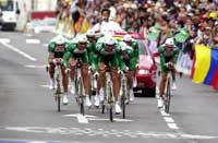 Thor Hushovd (ytterst til venstre) og resten av Credit Agricole-laget kom samlet i mål på dagens lag-tempo i Tour de France. (Foto: Cornelius Poppe / SCANPIX)