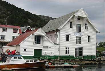 Kafé Vest i Kalvåg. (Foto: Arild Nybø, NRK)