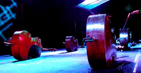 Seks kontrabasser ligger kalre til å bli besteget. Foto: Arne K. Gansmo