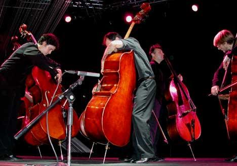 L'Orchestre de Contrebasses spilte både med og mot hverandre. Foto: Arne K. Gansmo.