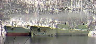 Bergesen-tankarane Berge Emperor og Berge Empress i Vetlefjorden. (Foto: NRK)