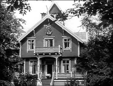 Villa Strandheim i glansdagane. Nedst i trappa st�r eigaren Hans Dahl.