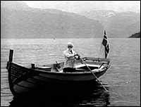 Noen arkeologer tror at båt trukket med skinn er forløperen til trebåten.