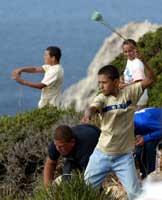 Marokkanske gutter brukte steinslynger mot spanske soldater på Perejil onsdag. (Foto:Desmond Boylan/reuters)