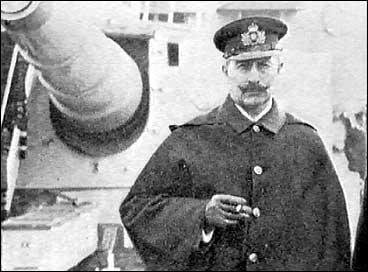 Keisar Wilhelm II framfor ei kanon på krigsskipet