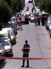 Gresk terrorpoliti stengte av gater og bygninger i Aten da 17. november-medlemmene ble tatt. (Foto: Yannis Behrakis, Reuters).