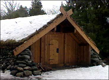 Vikinghus på det tidlegare Vikingsenteret på Veganeset. (Foto: NRK)