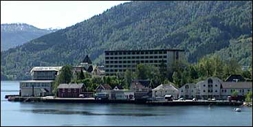 Balholm er kommune- og handelssenter i Balestrand. (Foto: NRK)