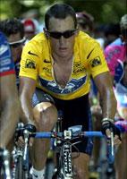 Publikum roper doper til Lance Armstrong mens han sliter seg rundt i Frankrike. (Foto: Allsport)