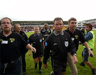 Dommer Roy Helge Olsen måtte ha politi-eskorte for å unngå sinte Lillestrøm-tilhengere etter søndagens kamp.