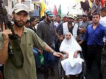 Hamas-grunnleggeren sheik Ahmed Yassin deltok i begravelsen av de 15 palestinerne. (Foto: Ahmed Jadallah, Reuters)