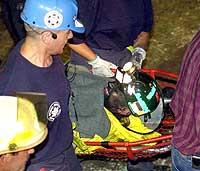 Den niende gruvearbeideren som ble reddet, fraktes bort søndag 28. juli 2002. (Foto: Reuters/Gene J. Puskar)