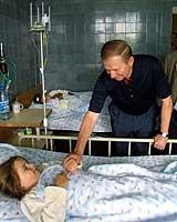 Ukrainas president Leonid Kutsjma besøkte skadde etter flykrasjet på et sykehus i Lvov sent lørdag 27.juli 2002. (Foto: Reuters)