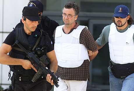 Nicos Papanastasiou (50) ble i helgen siktet for overlagt drap, drapsforsøk, sammensvergelse, ulovlig våpeninnehav og væpnet ran. Han er det 14. medlemmet av 17. november som stilles for retten. (Foto: Reuters/Yiorgos Karahalis)