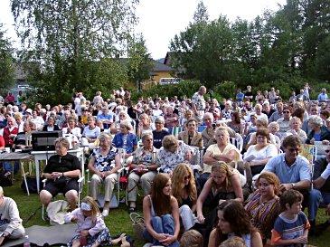 Publikum koste seg i Prestehagen i Røyken. (Alle foto: Silje Kathrine Bjarkøy)