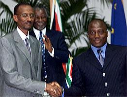 Presidentene Paul Kagame fra Rwanda og Joseph Kabila fra Kongo undertegnet avtalen i ettermiddag. (Foto: Reuters-Scanpix)