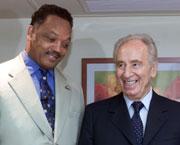 Jesse Jackson møtte Shimon Peres i Tel Aviv 28. jul i år. (Foto: Reuters/Havakuk Levison)