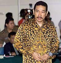 Hutomo Mandala Putra anker ikke straffen. Her fra rettssaken 15. juli 2002. (Foto: Reuters)