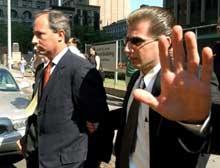 ARRESTERT: WorldCom-toppene Scott Sullivan og David Myers (til venstre på bilde) ble i dag arrestert av det føderale amerikanske politiet FBI (foto: Reuters).