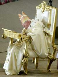SLITEN: Pave Johannes Paul II var tydelig svekket under messen i Mexico by i går (Foto: Heriberto Rodriguez/Reuters).