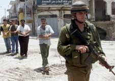 En israelsk soldat leder fire palestinske fanger under en militæroperasjon i Nablus i dag (foto: REUTERS/Abed Omar Qusini/Scanpix).