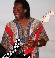 Buddy Guy med gitaren han signerte for Europas Bluessenter (foto: Jørn Gjersøe).