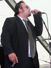 Vokalist Paul Allen fyrte opp sigaren før han visste at de vant Union Blues Cup 2002. Foto: Arne K. Gansmo.