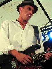 Gitaristen Jonny Wedde bidro til helhetsinntrykket med sin hengslete stil. Foto: Arne K. Gansmo.