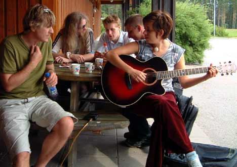 Selv i pausene går bluespraten rundt gitaren på ungdommens bluesseminar. Foto: Arne K. Gansmo.