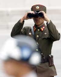 Nordkoreansk soldat på grensa mellom Sør- og Nord-Korea. (Foto: Scanpix-Reuters)
