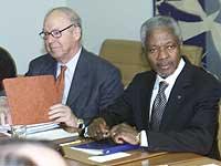 Sjefen for FNs våpeninspektører Hans Blix stiller krav til Irak. Her fra et møte med FNs generalsekretær Kofi Annan 7. mars 2002. (Foto: Reuters/Peter Morgan)