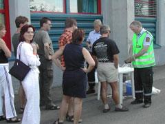 Det dannet seg raskt en blåserekke foran politihuset i Notodden etter bluesfestivalen. Foto: Arne K. Gansmo