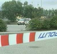 Politiet sperret av området rundt bilen søndag kveld. (Foto: NRK)